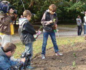 Деца засадиха рози в памет на донори