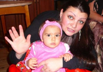Върнаха детето на починалата родилка Надя на бащата