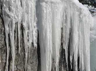 Ледена висулка отнесе половината глава на мъж в София