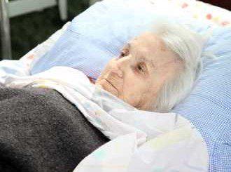 Сложиха пирон в тазобедрена става на 102-годишна