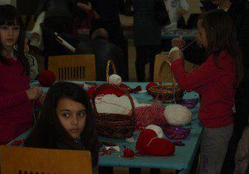 Деца продават мартеници в полза на болни от церебрална парализа