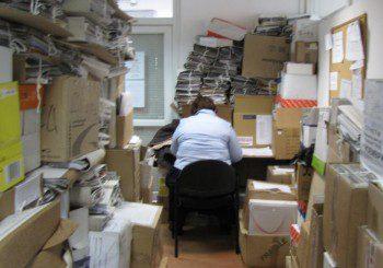 Здравната каса в Пловдив зарината в купища папки