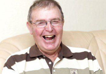 След инсулт мъж на 68 г. не може да изпитва тъга, винаги се смее
