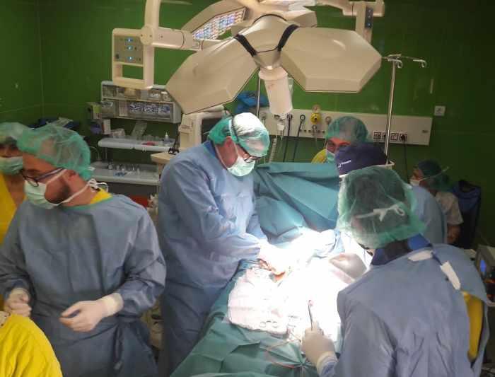 д-р Атанас Кацаров по време на операция в Пирогов