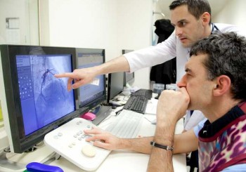 Уникална операция спаси мъж с дисекация на аортата - сложиха му два застъпващи се стента