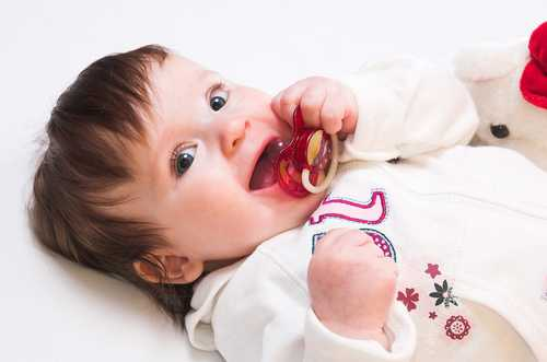 Да даваме ли биберон на бебето или не? За и против