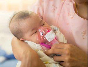бебе с инхалатор