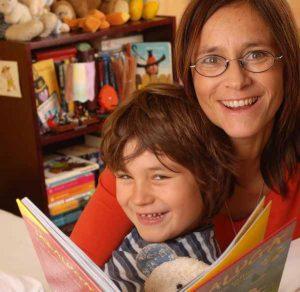 дете с майка четат книга