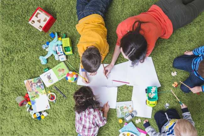 деца учат и рисуват в училище